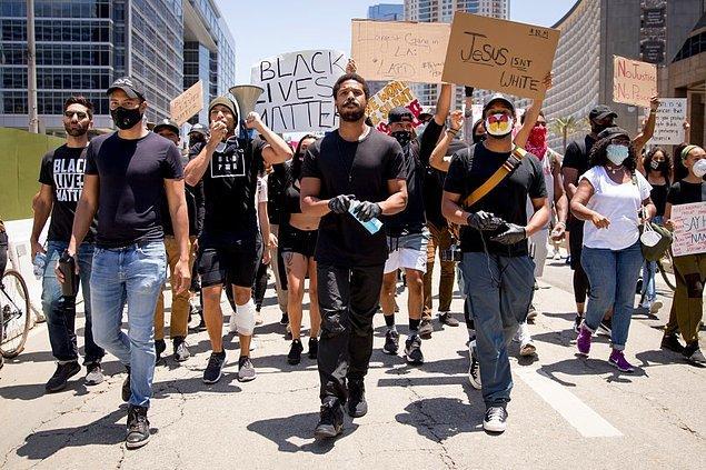 """George Floyd'un ölümünün ardından yükselen ırkçılık karşıtı protestolar Google'ı da harekete geçirdi. """"Nasıl ırkçılık karşıtı olunur?"""" sorusu """"Nasıl milyoner olunur?"""" sorusunu geçti."""