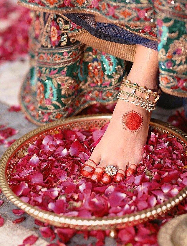 5. Şayet bir düğüne katılırsanız gelinin elinde yüzük aramayın çünkü yüzük ayak parmağındadır...