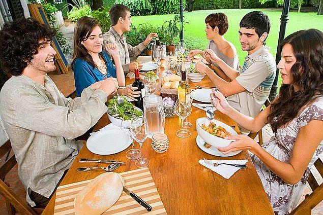 6. Sofradakilerin yemekleri kapışarak yediğini gördüğünüz o an.