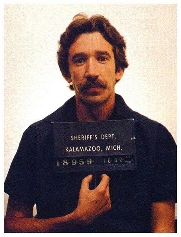 2. 1978 yılında Tim Allen, üstünde 600 gram kokain bulundurduğu için 3-7 yıl hapis cezasına çarptırılmıştır. 2 yıl 4 ay sonra şartlı tahliye edilmiştir.