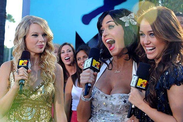 31. Katy Perry, Taylor Swift'in ve Miley Cyrus'un saçlarından parçaları çantasında saklardı.