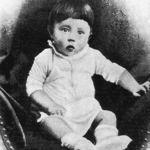 1. Alman ırkını en yüce ırk olarak gören ve bu yolda milyonlarca Yahudi'yi öldüren Hitler, aslında Avusturya doğumlu...