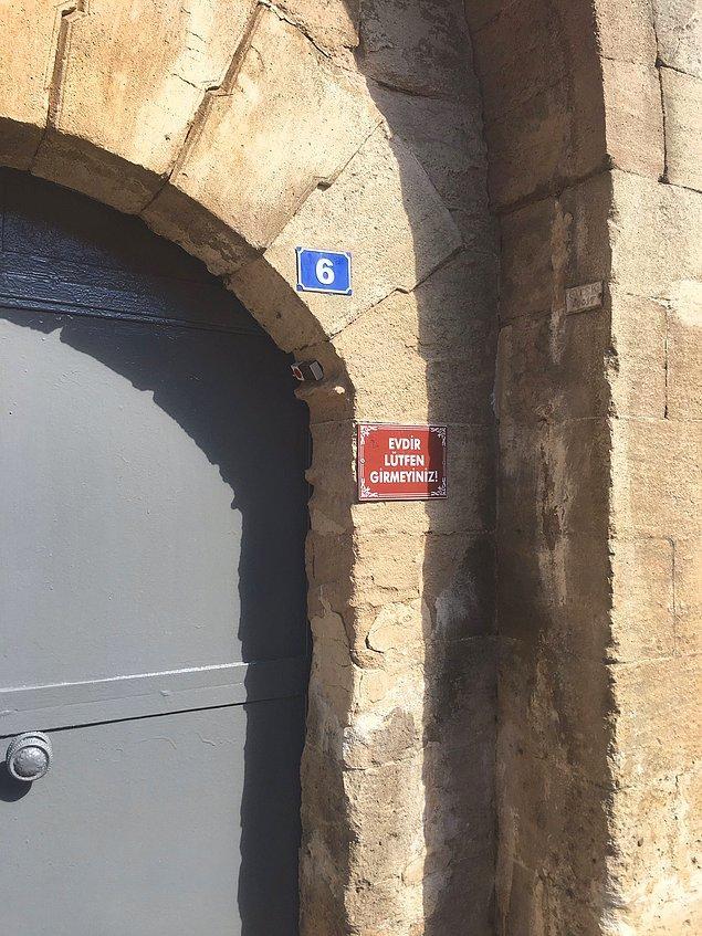 23. Tarihi bir kentte sıradan bir kapı...