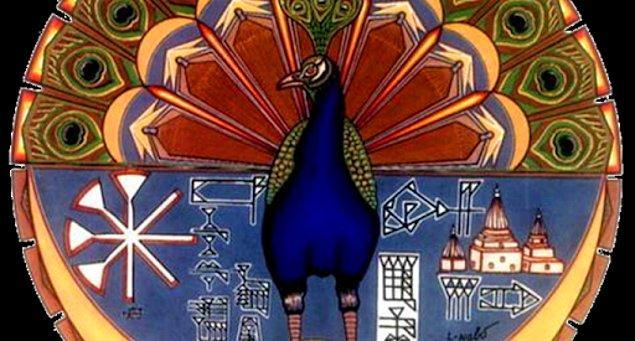 Ezidiler de tıpkı Zerdüştiler gibi dualarını güneşe dönerek yapıyor. Fark, onların dualarında Melek Tavus'un adının geçmesi: