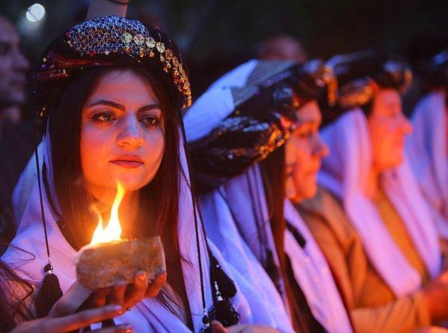 Öte yandan Ezidilerin Müslüman oldukları, kurucusu Şeyh Adî Bin Musafir'in ölümünden sonra İslam'dan uzaklaştıkları da düşünülüyor.