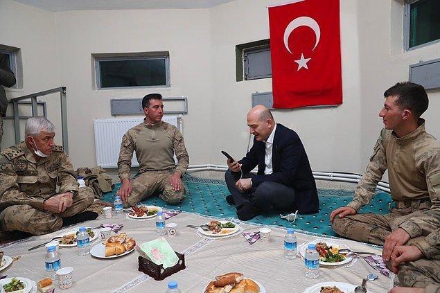 İçişleri Bakanı Soylu'nun askerlerle birlikte yerde yemek yerken verdikleri fotoğraf, sosyal medyada tartışmalara neden oldu.