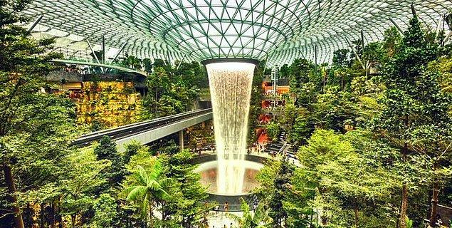 15. Singapur Havalimanı'nın içinde dünyanın en uzun kapalı mekan şelalesi vardır.