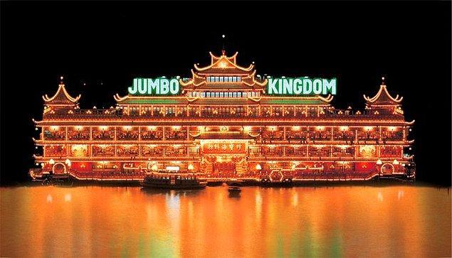22. Dünyanın en büyük yüzen restoranı Hong Kong'dadır.