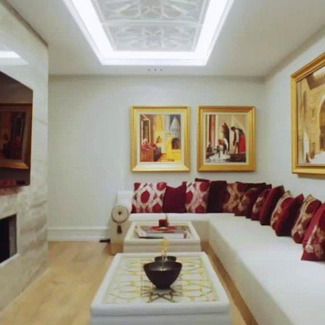 Evinin dekoru, Özil'in Türk geçmişinden büyük ölçüde etkilenmektedir. Hatta salonundaki tüm mermerler Türkiye'den gönderilmiştir.