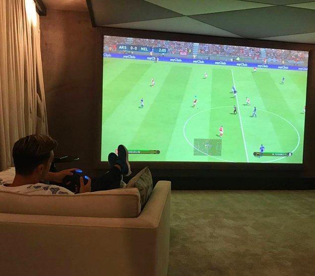 Özil'in sinema odası ayrıca oyun odası olarak da kullanılıyor.