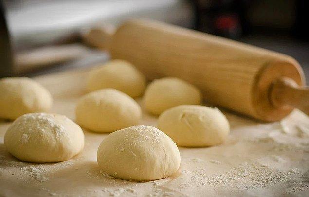 Hamur yoğurmanıza ve fırın kullanmanıza gerek kalmayacak, yapımı oldukça pratik bir pizza tarifimiz var.