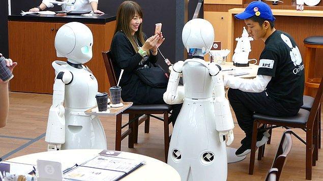 2. Minik robot garsonların size servis yaptığı akılalmaz restoranlar
