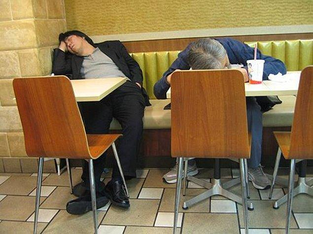 16. Herhangi bir McDonalds'a gidip kafanızı masaya koyarak uyuyabilirsiniz.