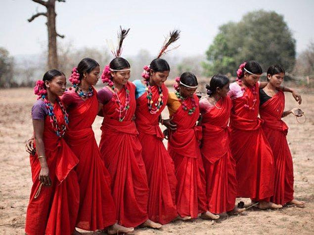 Sabahın erken saatlerinden itibaren hummalı bir hazırlık süreci yürütülen festival boyunca kızlar her gece farklı erkeklerle beraber oluyorlar