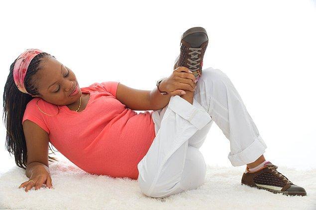 Hamilelik boyunca spor ayakkabı candır. Zaten artık spor ayakkabıları her şeyle kombinleyebiliyoruz.