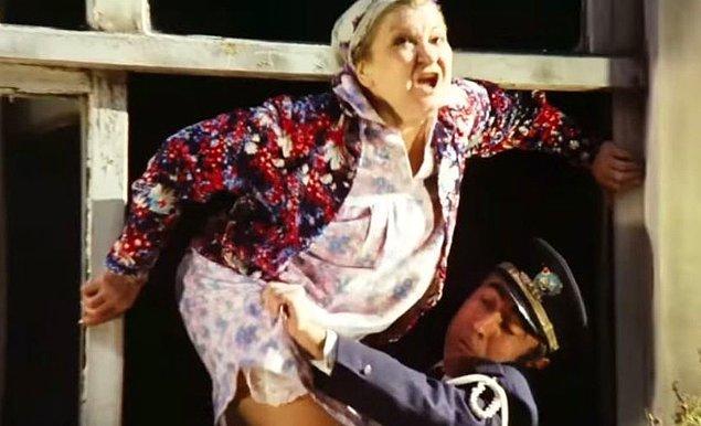 9. Şakir'in Hacer'e kavuşmak için annesini bir dakika bile tereddüt etmeden camdan aşağı fırlatması.