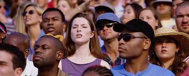 13. Ama şunu unutma ki, regl, seyirciyi seven bir yapıya sahiptir. Mutlaka kalabalık bir yerde olursun.