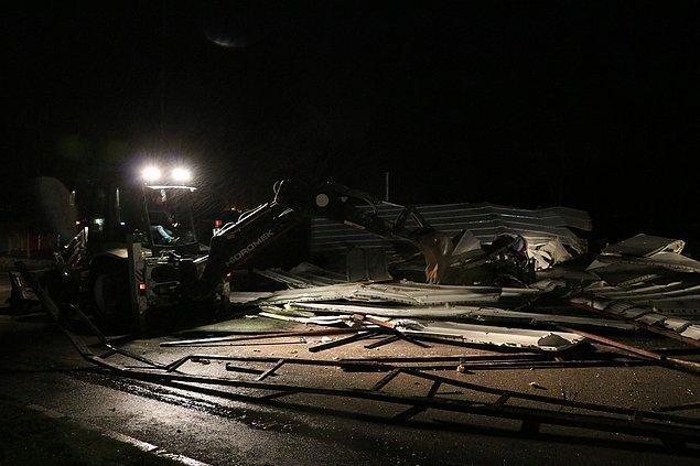 Yunusemre ilçesi Mehmet Akif Ersoy Caddesi'nde bir işletmenin çatısı, şiddetli rüzgarın etkisiyle yerinden sökülerek caddeye düştü.