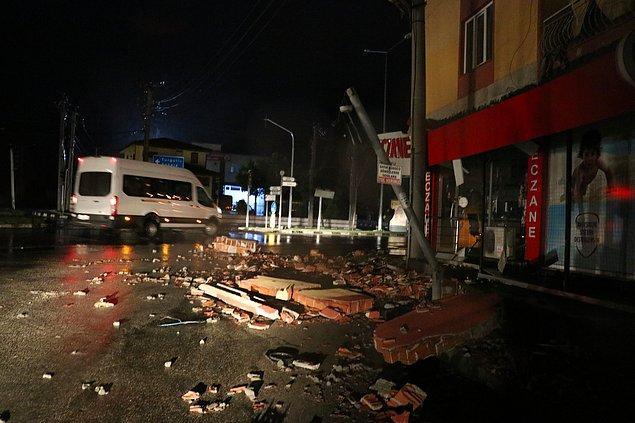 Manisa Büyükşehir Belediyesi ekipleri, her iki adreste de caddeye düşen çatı malzemelerini kaldırmak için çalışma başlattı.