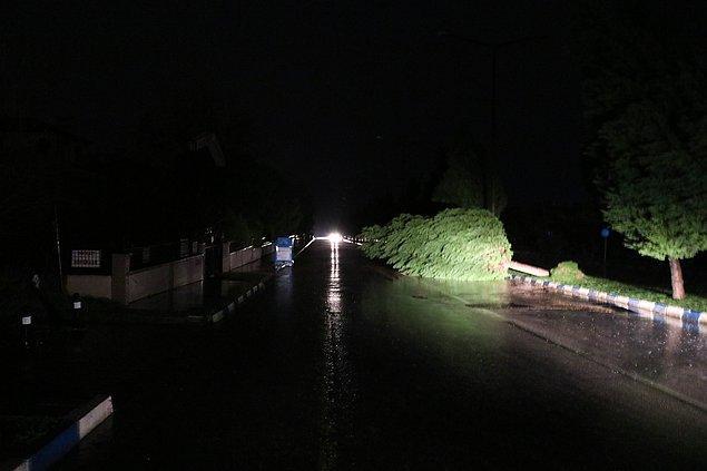 Mimar Sinan Bulvarı, Tarzan Bulvarı, Erler Caddesi, Çamlık Sokak'ta aydınlatma direkleri ve ağaçlar yola ve park halindeki otomobillerin üzerine devrildi.