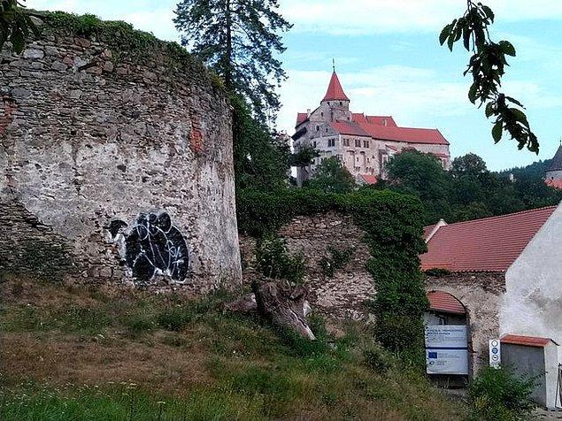 """7. """"Binlerce yıllık bir kalenin duvarına yapılan graffiti."""""""