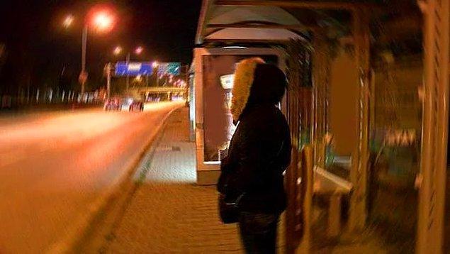1. Otobüs durağında bekleyen 21 yaşındaki kıza cinsel organını gösteren 61 yaşındaki adam...