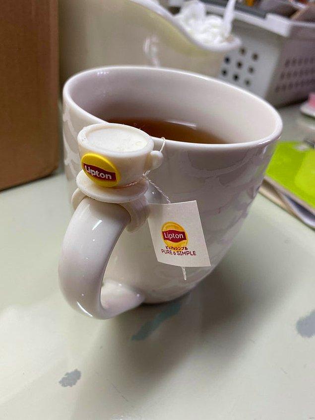 """8. """"Bardağımın üstünde sürekli kaymasın diye minik bir poşet çay tutacağı var."""""""