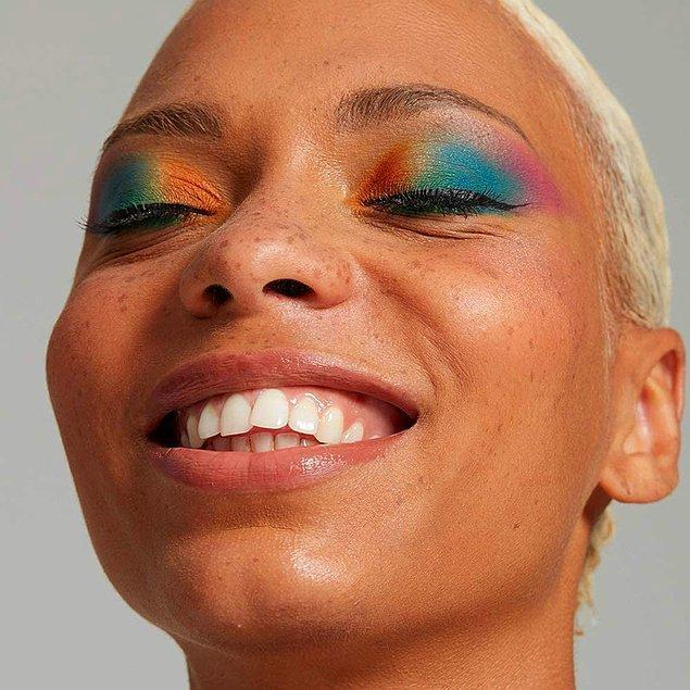 Etkileyici gözler için renkli far kullanmaktan çekinmeyin.