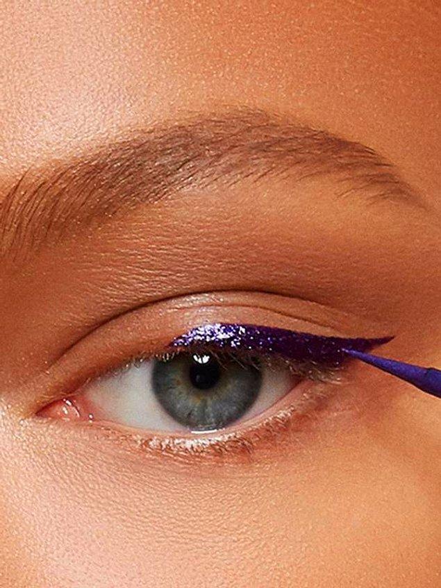 Eyeliner ile devam edelim. Gözünüzün yapısına göre ister ince ister kalın... Ama modaya uymak istiyorsanız mutlaka 'yarım eyeliner'...