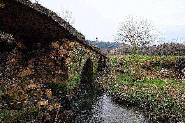 Altından Kurşunlu Şelalesi'ne giden suyun aktığı köprünün ayaklarından biri ve kemer kısmı tamamen yıkıldı.