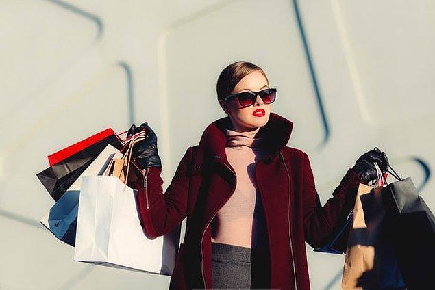 """4. """"Gördüğün en enteresan şeylerden biri de ülkesinde VS olmayan müşterilerin çılgınlarca alışveriş yapmaları. Bu tarz müşteriler bazen tek bir alışverişte bin dolar harcıyorlar!"""""""
