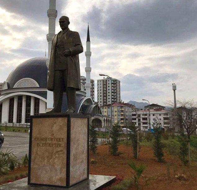 2018 yılında kurulan Trabzon Üniversitesi'nde rektörlük binasının önünde bulunan tören alanına Atatürk heykeli yerleştirildi.