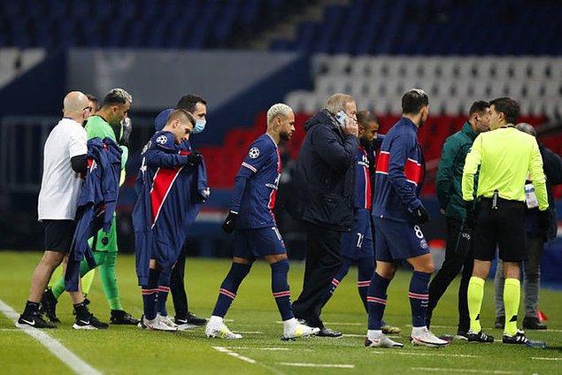 Ardından iki takım oyuncuları ve teknik ekipler sahayı terk ederek soyunma odalarına gitti.