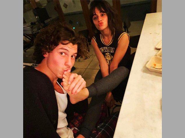 13. Shawn Mendes ise sevgilisi Camila Cabello'nun ayağını öptüğü bir pozu paylaştı!