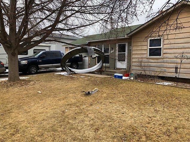 Uçaktan kopan birçok parça evlerin bahçesine düştü