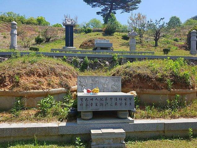 9. Kore'de, yeni aile üyelerini sadece yaşayan akrabalarla değil, aynı zamanda vefat etmiş olanlarla da tanıştırmak gelenekseldir.
