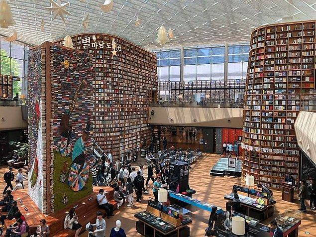 """22. """"Güney Kore'nin Seul şehrinde 50.000'den fazla kitabın bulunduğu bir kütüphaneye gittim."""""""