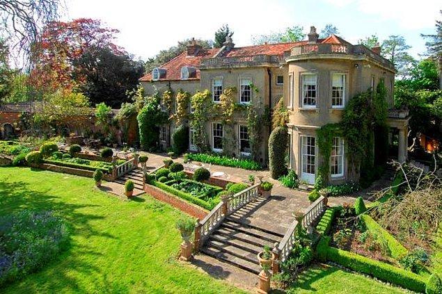 Bu bakmaya doğamayacağınız evin her tarafı Thames nehri ile çevrili. Büyük bir arazi üzerine konumlandırılmış evde tam tamına 9 yatak odası bulunuyor.
