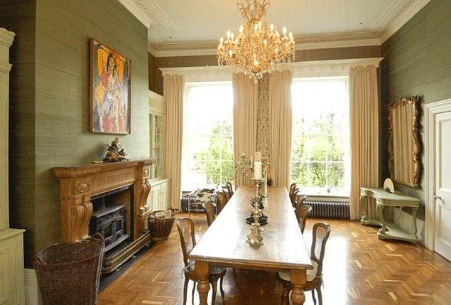 Evde ayrıca iki vestiyer odası, bir şarap mahzeni ve bol miktarda saklama alanı ve garaj bulunmaktadır.