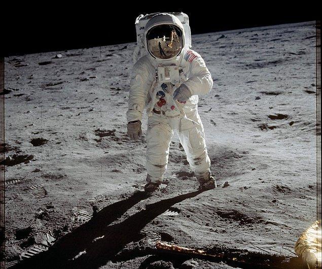 """15. """"Ay gerçek değil, sadece bir hologram."""""""