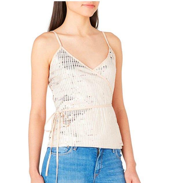 7. Koton'un bu payetli bluzu çok şık duruyor.