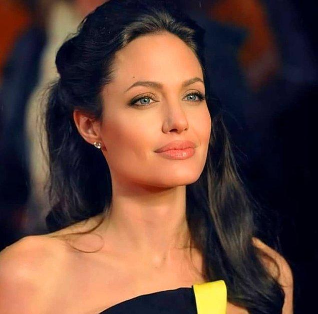 Güzelliğiyle başımızı döndüren Angelina Jolie'yi hepimiz tanıyoruz...