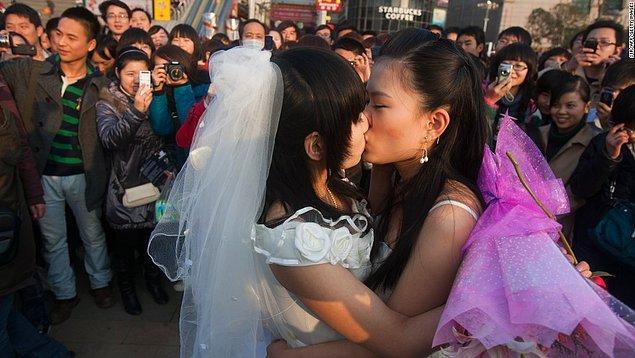 Xixi isimli bir kişi Güney Çin Ziraat Üniversitesi'nde okurken bir kitapta eşcinselliğin akıl hastalığı olarak tarif edildiğini gördü.