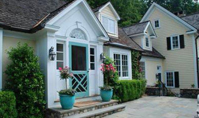 New York'taki Pound Ridge bölgesinde yer alan evin yedi yatak odası ve altı banyosu bulunuyor.
