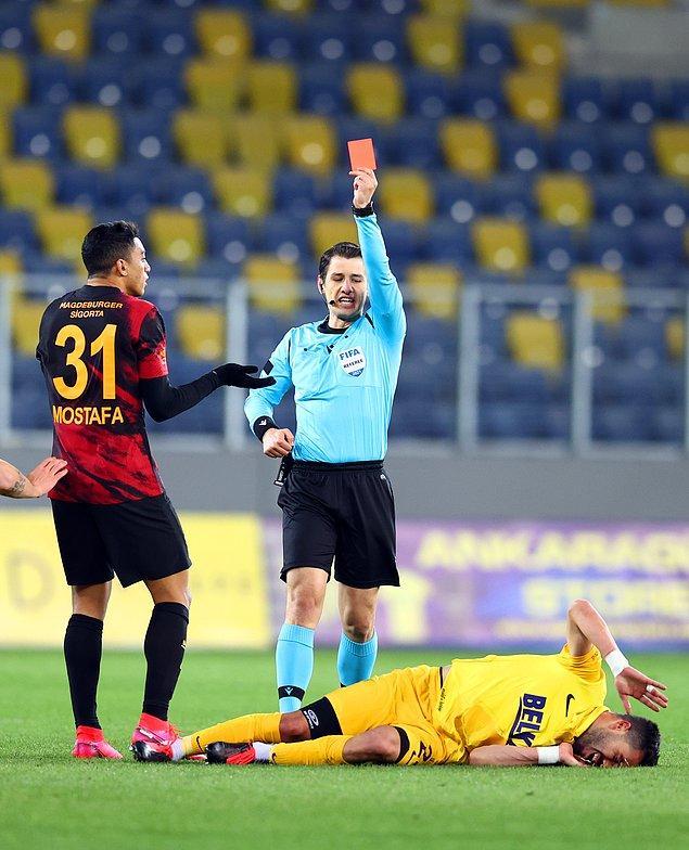 Galatasaray'ın Mısırlı santrforu Mostafa Mohamed, 57'de direkt kırmızı kart gördü.