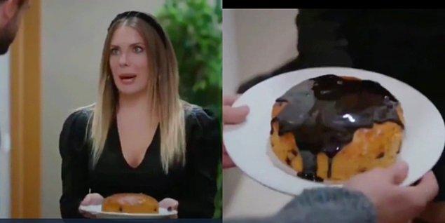 2. Yasak Elma'da kek ilk önce sossuzken daha sonra çikolata soslu görünüyor.