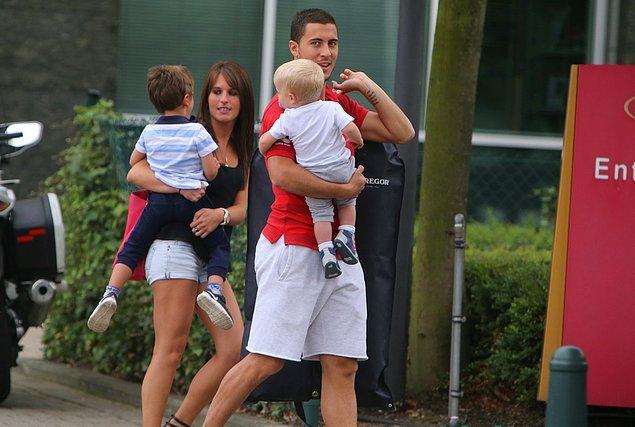 Hazard, takım arkadaşlarının da yaşadığı lüks La Finca mahallesinde 10 milyon sterlinlik çağ ötesi bir konakta yaşıyor.