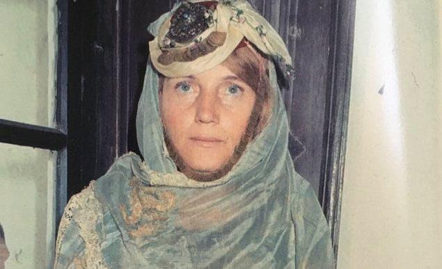 Sabiha Tansuğ 1933 senesinde Gümülcine'de doğar ve 8 yaşındayken ailesi ile birlikte Türkiye'ye göç eder.