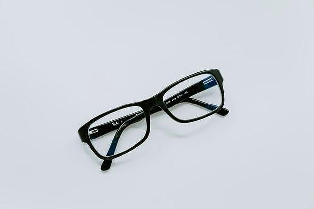 5. Eğer gözlük kullanıyorsanız ve kırılmasından ya da kaybolmasından korkuyorsanız kendinize ucuz da olsa bir çift yedek gözlük yaptırın.