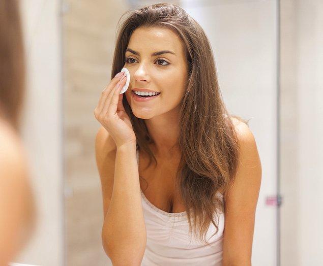 2. Makyajınızı temizlemenin en nazik yolu micellar su.